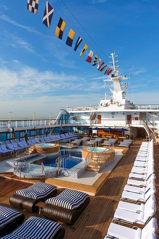 53daa6ca6dec627b149f91f7_oceania-insignia-pool-deck